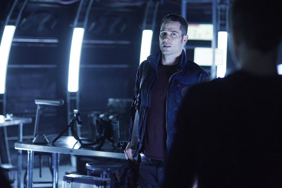 "KILLJOYS -- ""Enemy Khlyen"" Episode 109 -- Pictured: Luke Macfarlane as D'Avin -- (Photo by: Ken Woroner/Temple Street Releasing Limited/Syfy)"